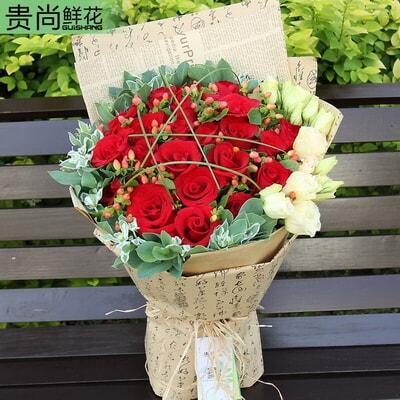 花 材 24枝红玫瑰,红豆间插,桔梗,叶上花外围 包 装 英文旧报纸单面